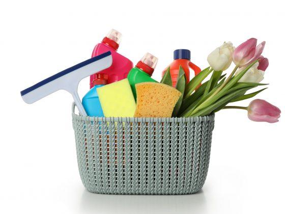 cesto com produtos para limpeza de primavera