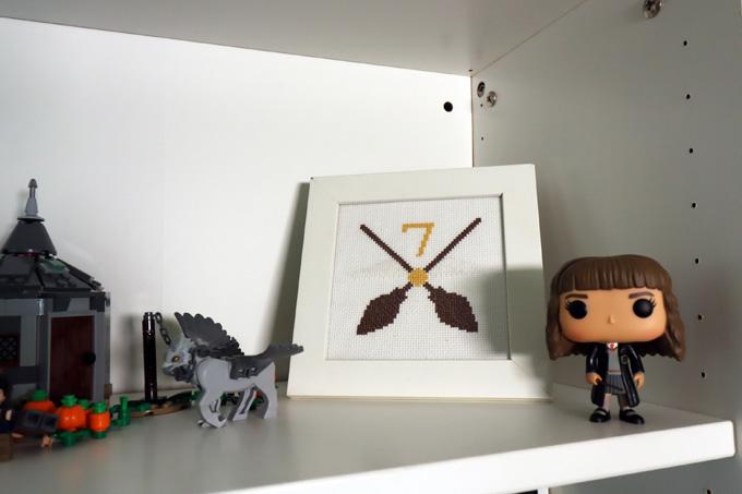 DYI - quadro de ponto cruz com vassouras de quidditch