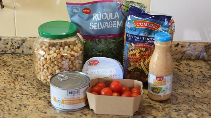 ingredientes para salada de fusilli com atum