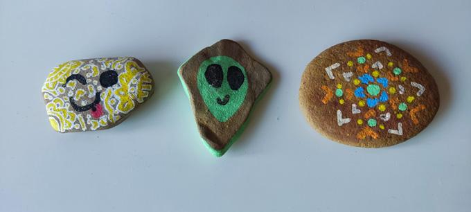 pedras pintadas por crianças
